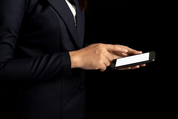 Mulher de negócios profissional usando a tela em branco do smartphone