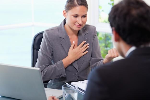 Mulher de negócios que fala com o cliente