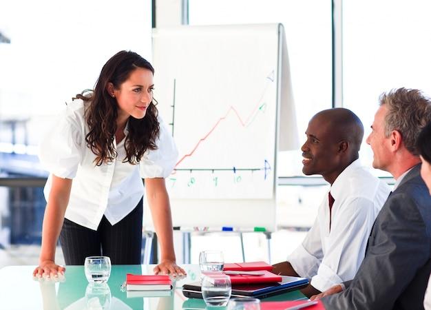 Mulher de negócios que interage com seus colegas depois de uma apresentação