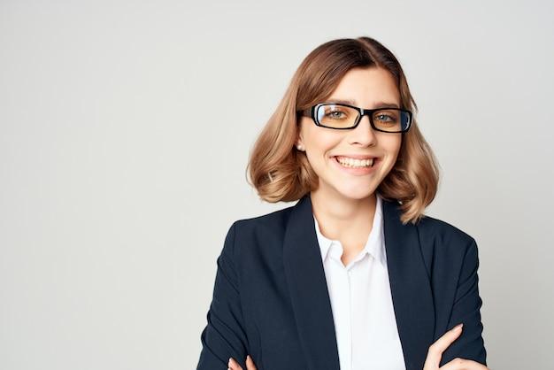 Mulher de negócios que levanta o trabalho de escritório fundo isolado do estilo de vida. foto de alta qualidade