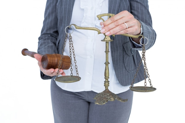 Mulher de negócios que ocupa escalas de justiça