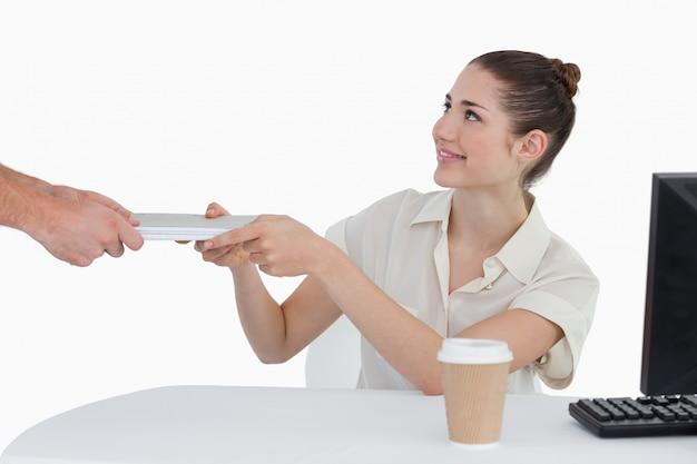 Mulher de negócios que recebe documentos