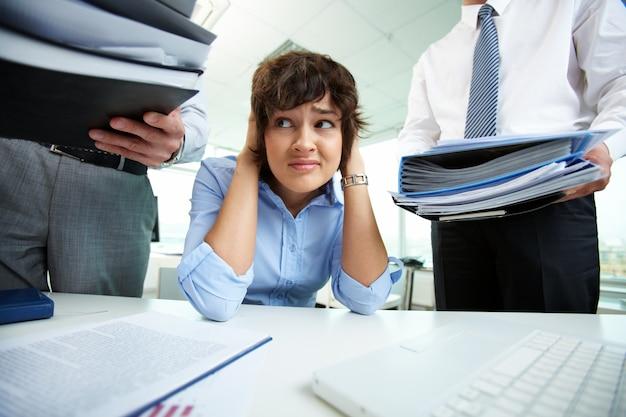 Mulher de negócios que tem o esforço no escritório