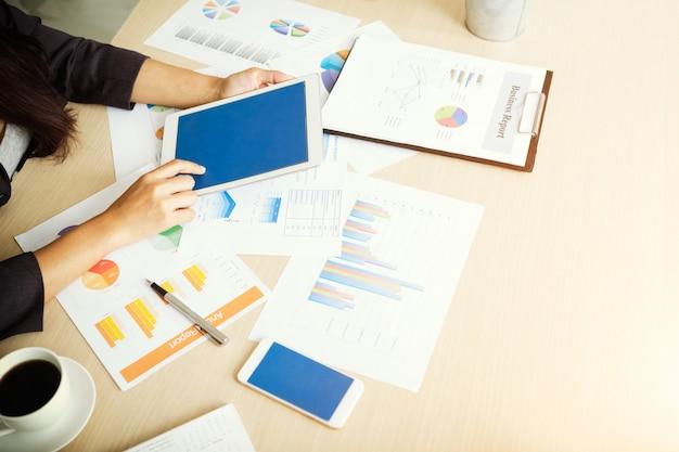 Mulher de negócios que usa a tabuleta para o plano maketing da análise. conceito de negócios, finanças e tecnologia.