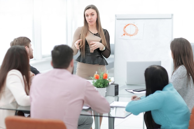 Mulher de negócios realiza um briefing para a equipe de negócios.