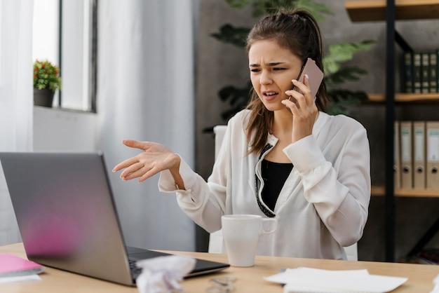 Mulher de negócios recebendo uma ligação ruim do trabalho