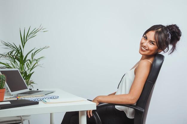 Mulher de negócios relaxante e sorridente