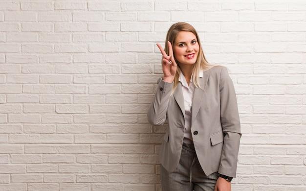Mulher de negócios russa jovem duvidando e confusa