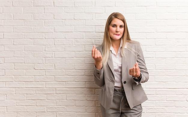 Mulher de negócios russa jovem preocupada e oprimida