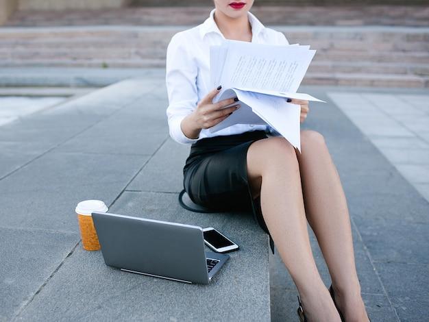 Mulher de negócios, secretária, estilo de vida, laptop, papelaria, exterior