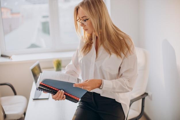 Mulher de negócios segurando arquivos no escritório