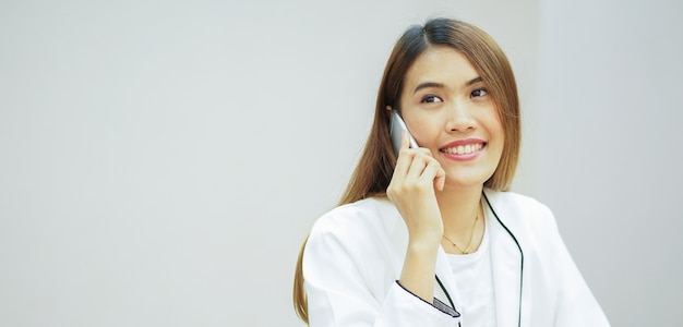 Mulher de negócios, segurando o smartphone e falando no escritório
