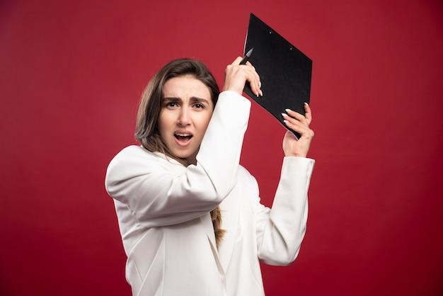 Mulher de negócios segurando um caderno
