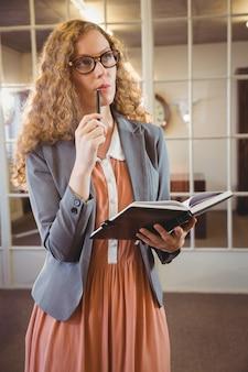 Mulher de negócios, segurando um livro