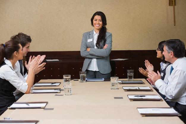 Mulher de negócios sendo aplaudida por colegas