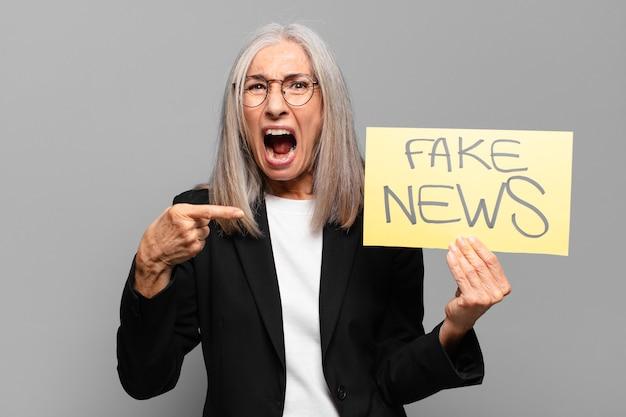 Mulher de negócios sênior com banner falso