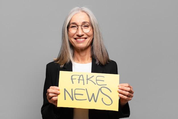 Mulher de negócios sênior com cartaz de notícias falsas