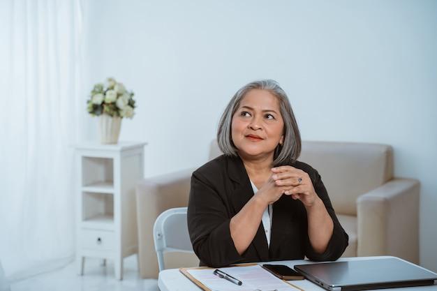 Mulher de negócios sênior confiante pensando estratégia de negócios