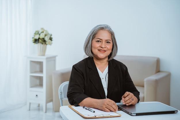 Mulher de negócios sênior confiante