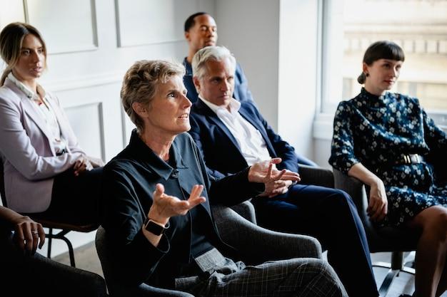 Mulher de negócios sênior falando em um seminário