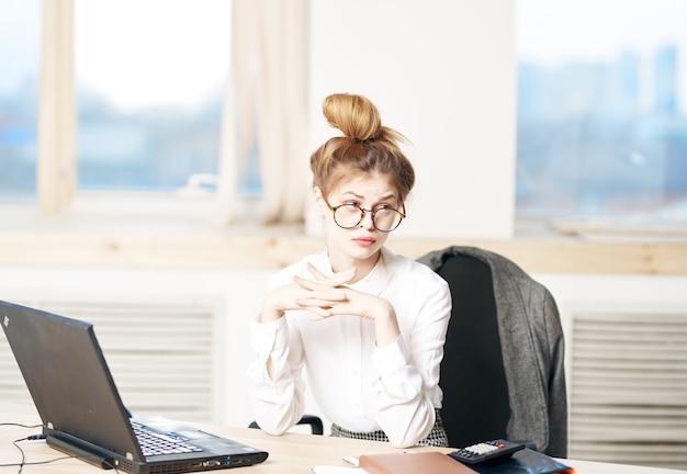 Mulher de negócios sentada à mesa, trabalhando no escritório, gerente executiva