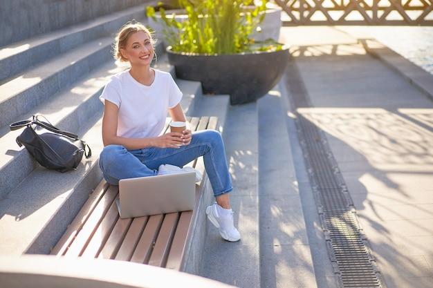 Mulher de negócios sentada escadas parque de verão usando laptop pessoa de negócios trabalhando remotamente