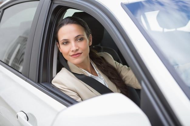 Mulher de negócios sentada no assento dos motoristas