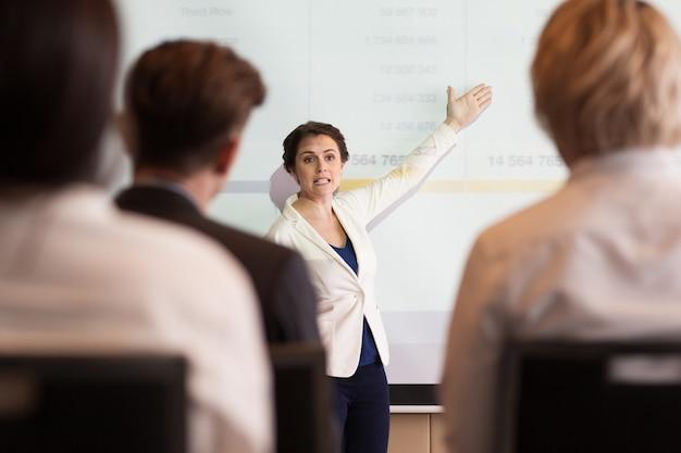 Mulher de negócios séria mostrando tabela de audiência