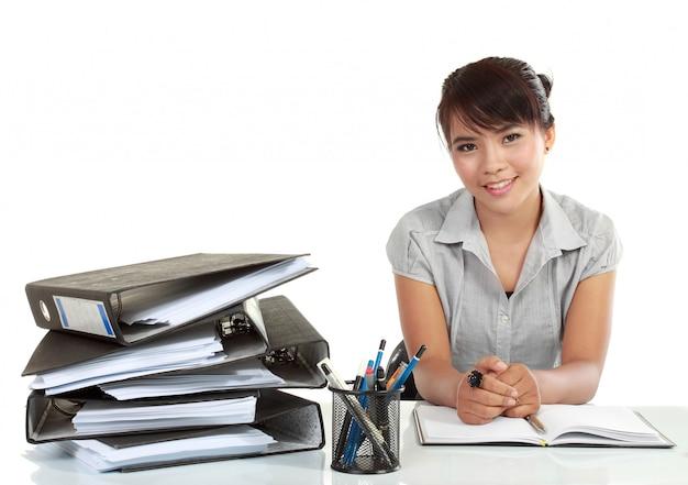 Mulher de negócios sorridente ásia trabalhando