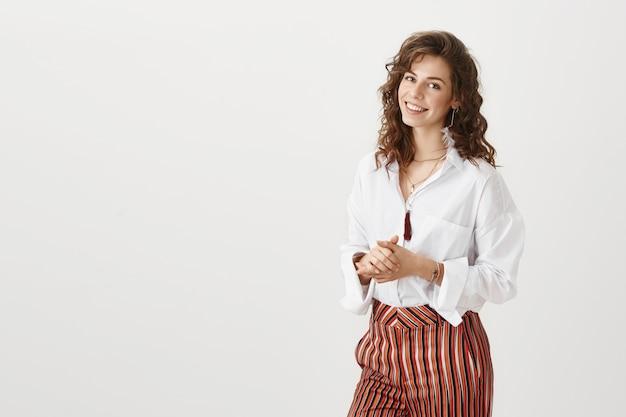 Mulher de negócios sorridente atraente
