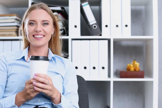Mulher de negócios sorridente bebendo café