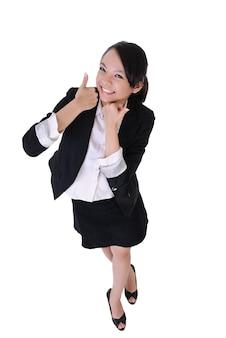 Mulher de negócios sorridente com expressão de excitação, retrato de corpo inteiro isolado no fundo branco.