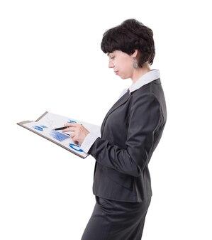 Mulher de negócios sorridente com o laptop. isolado em fundo branco