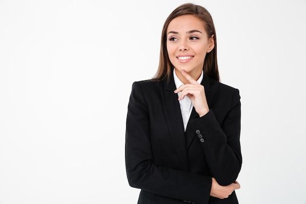 Mulher de negócios sorridente em pé isolado