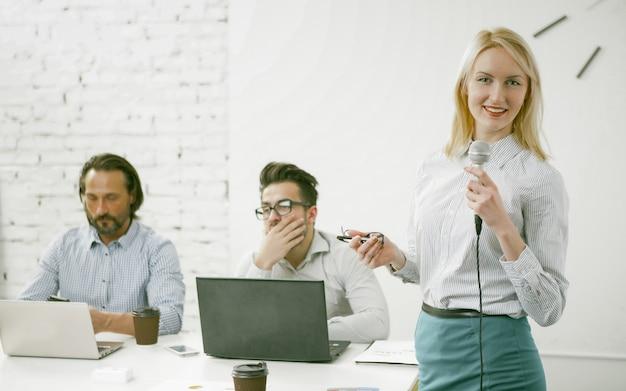 Mulher de negócios sorridente fala em um microfone