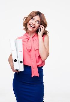 Mulher de negócios sorridente falando ao telefone