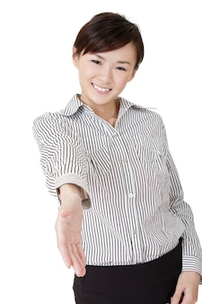 Mulher de negócios sorridente feliz cumprimentando e apertando a mão com você.