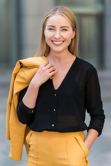 Mulher de negócios sorridente posando ao ar livre no terno