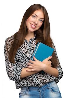 Mulher de negócios sorridente segurando a pilha de livros