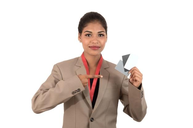 Mulher de negócios sorridente segurando um cartão de visita ou carteira de identidade em branco