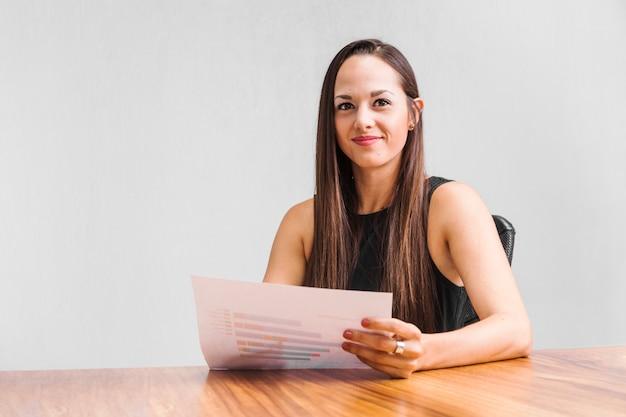 Mulher de negócios sorrindo e olhando para a câmera