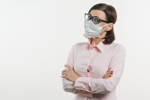 Mulher de negócios teme o vírus e usa máscara facial