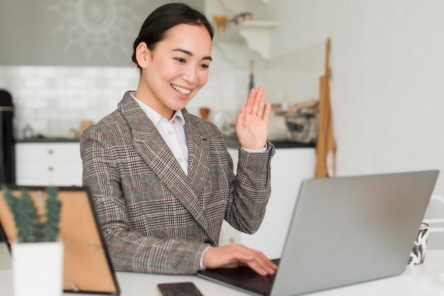 Mulher de negócios tendo conferência