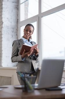 Mulher de negócios tomando notas planejando seu dia