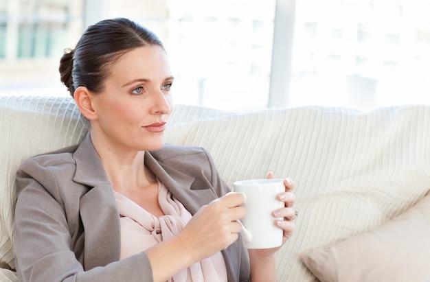 Mulher de negócios tomando uma xícara de café
