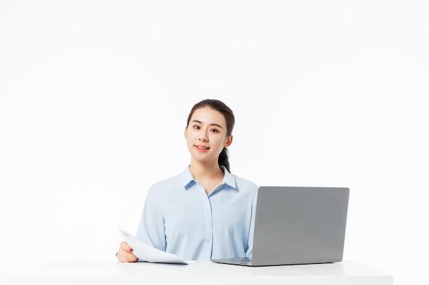 Mulher de negócios, trabalhando com um laptop com fundo branco