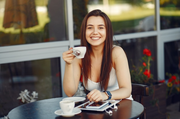 Mulher de negócios trabalhando com um tablet em um café