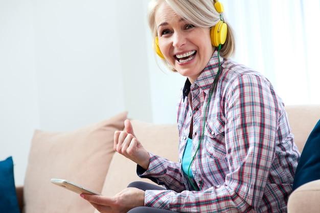 Mulher de negócios trabalhando, conversando com o laptop em casa. trabalhe em casa conceito