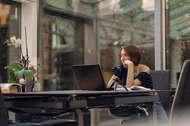 Mulher de negócios trabalhando em casa em quarentena