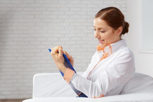 Mulher de negócios, trabalhando em casa, escritório para planejamento e escrita em um notebook